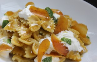 Farfalle in giallo con burrata e bottarga
